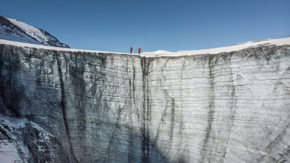 L'impressionnant «canyon» du lac des Faverges visible l'été à la Plaine Morte, l'un des clichés du Valaisan Patrick Güller exposés à Lens.