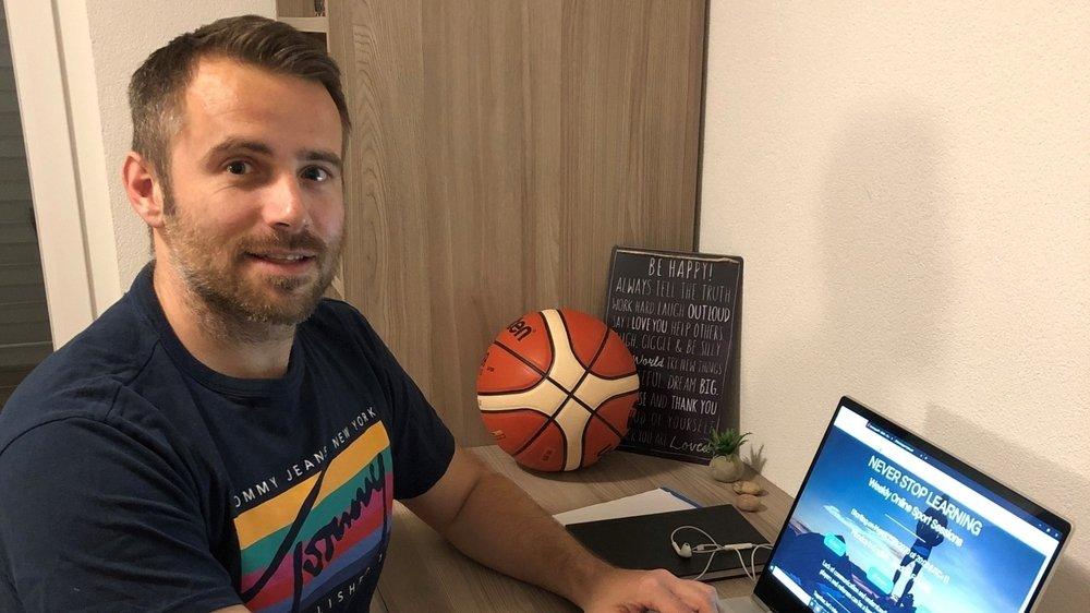 Sébastien Clivaz se prépare à sa première cession sur les règles de base du basket et de l'arbitrage.