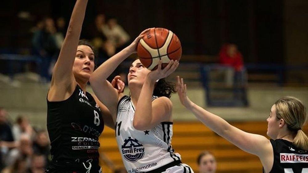 Amélie Fritschi (en blanc) et Sion Basket ont joué ce week-end aux Creusets.