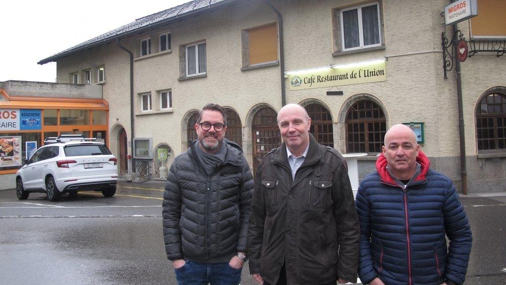 Nicolas Crettenand, Christian Roduit et Christian Ecœur, trois des cinq membres du conseil d'administration de la nouvelle SA Union Leytron, devant le café-restaurant et le magasin d'alimentation exploités par cette dernière.