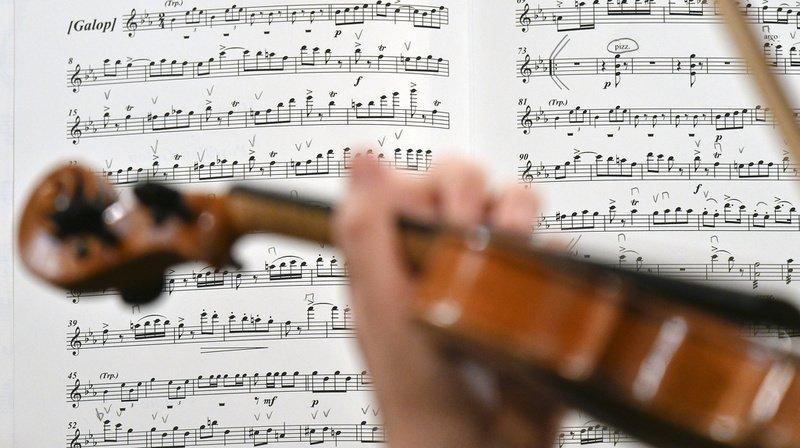 Une violoniste joue durant son opération du cerveau — Royaume-Uni