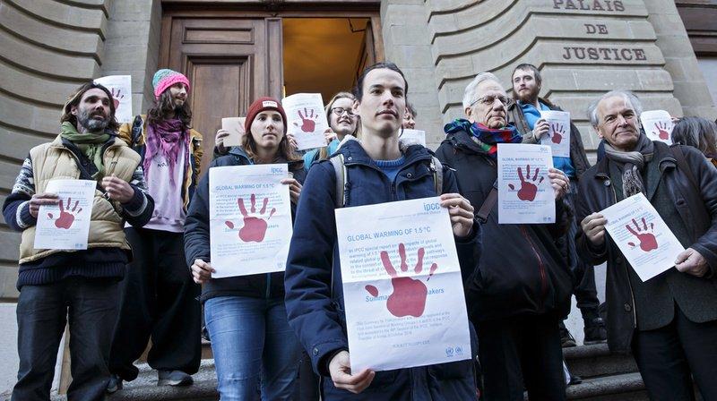 L'activiste de l'association Breakfree, au centre, a été condamné par la justice genevoise.