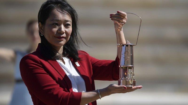 L'ancienne nageuse Imoto Naoko, de la délégation japonaise, a ramené la flamme dans son pays depuis Athènes. Mais la grande fête prévue pour l'arrivée de ce symbole n'a pas eu lieu.