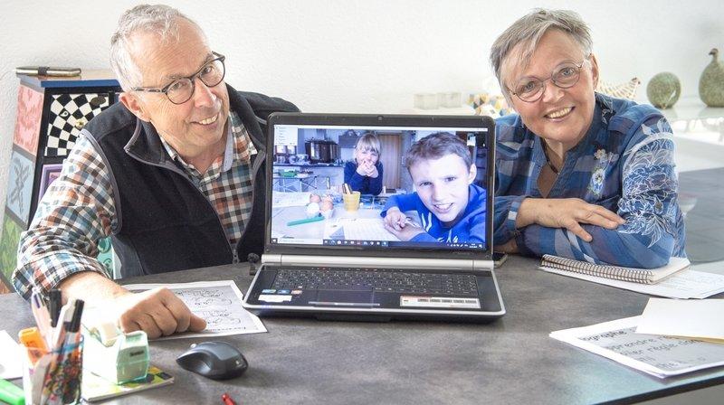 Pandémie oblige, les grands-parents, Pierre-Martin et Rachel, utilisent Skype pour maintenir des liens avec leurs petits-enfants Isaline et Emilien.