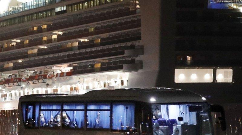 Les Américains évacuent le navire contaminé