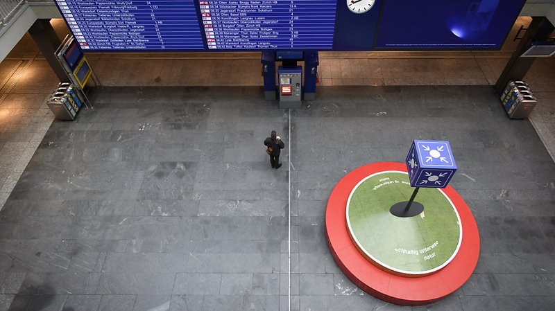 "La solitude du ""Treffpunkt"" à la gare de Berne."