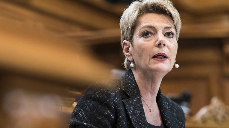 La conseillère fédérale Karin Keller-Sutter a défendu lundi au Conseil des Etats les mesures de lutte contre le terrorisme proposées par le Conseil fédéral.