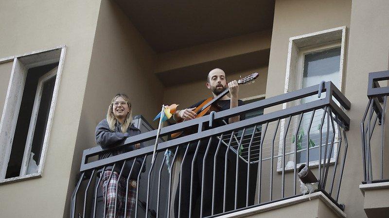 Coronavirus: pour s'encourager face au confinement, les Italiens chantent au balcon l'hymne national