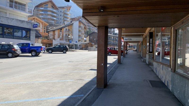 Coronavirus: dans les stations, les volets sont ouverts mais les rues désertes