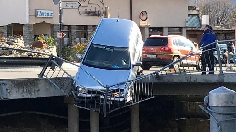 Fully: une voiture accrochée au-dessus du canal