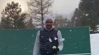 Tennis: Roger Federer ressort la raquette sous la neige