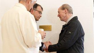 Une plaque du pardon aux victimes de prêtres pédophiles est posée à Monthey