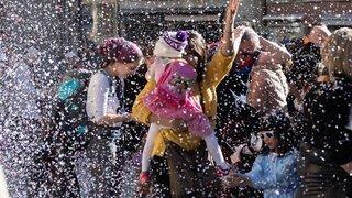 Valais: les cortèges de carnaval sous le soleil et sous une pluie de confettis