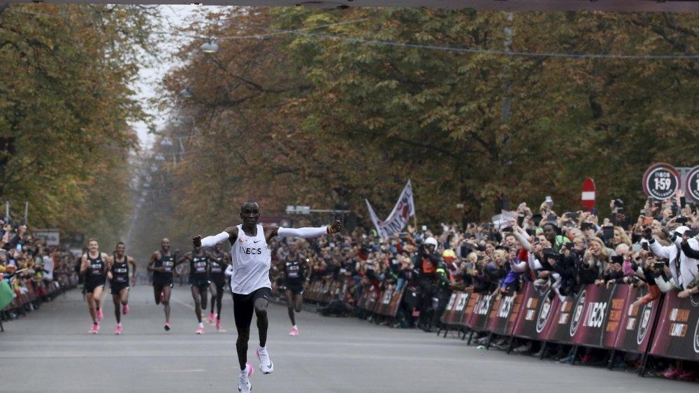 En octobre 2019, Eliud Kipchoge était devenu le premier homme à courir le marathon sous la barre des deux heures.