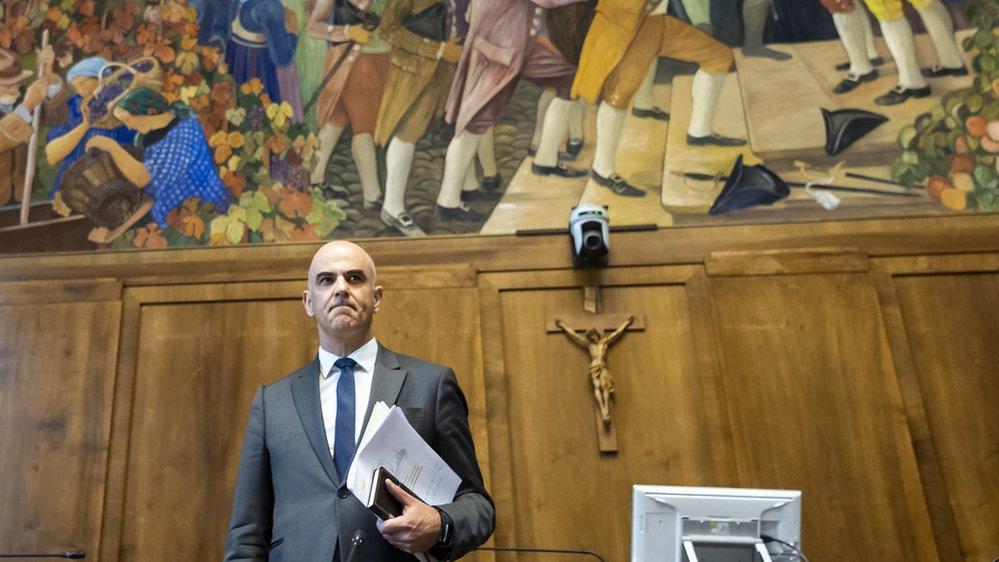 Sous la fameuse fresque de Bieler et à la place du président du gouvernement cantonal, le conseiller fédéral Alain Berset a donné une conférence de presse depuis la salle du Grand Conseil valaisan.