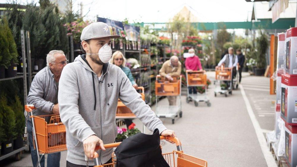 Alors que de nombreux commerces doivent rouvrir lundi, des masques de protection prendront place chez les grands distributeurs.