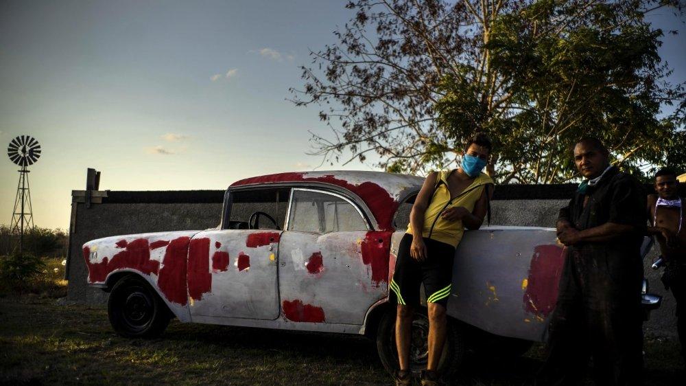 A Cuba, le masque est rendu obligatoire, à l'extérieur, par les autorités.