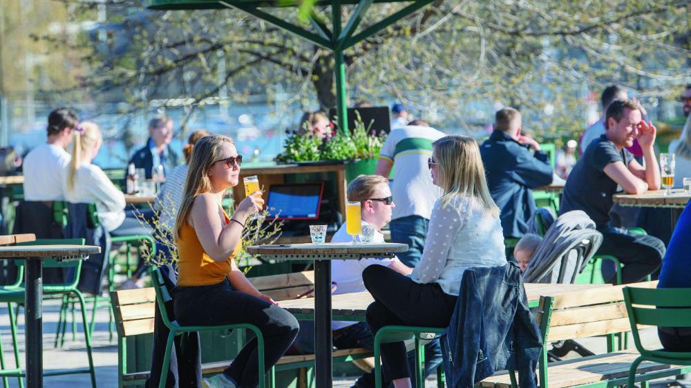 Les commerces, dont les bars et restaurants, ont pu rester ouverts lors de la pandémie (ici à Stockholm, le 22 avril), mais accusent malgré tout une baisse de leur fréquentation.