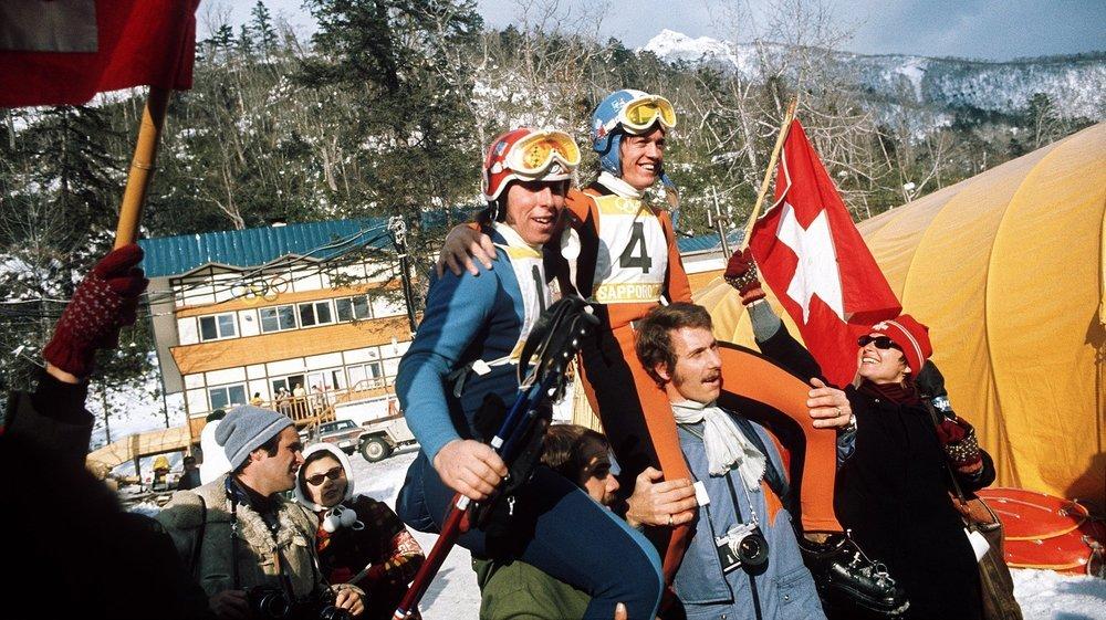Les supporters suisses portent en triomphe Roland Collombin et Bernhard Russi après la descente des Jeux Olympiques de Sapporo en 1972.
