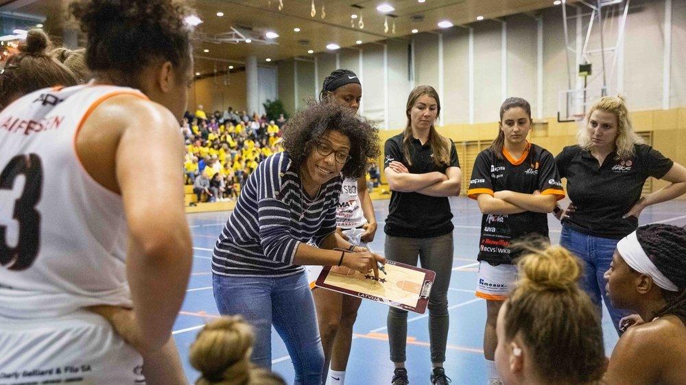 Caroline Turin donne ses instructions durant un temps mort lors de la demi-finale de Coupe qui a opposé Hélios et Troistorrents le 22 février.
