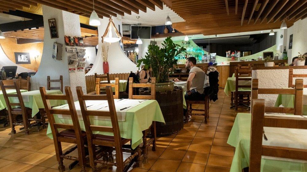 Les restaurants rouvriront le 11 mai. Ils devront assurer une distance de deux mètres entre les tables et n'y servir que quatre personnes, à l'exception des parents qui peuvent emmener tous leurs enfants.