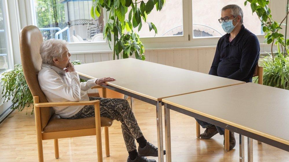 Pascal Bridy retrouve sa maman dans une salle désinfectée. Il reste à distance, mais peut la voir sans plexiglas entre eux.