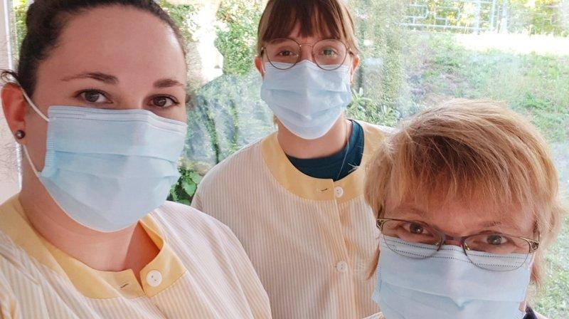 Pour cette mission inédite, les Samaritains du Haut-Lac ont troqué leur habituel gilet jaune contre la tenue du personnel de l'EMS Riond-Vert.
