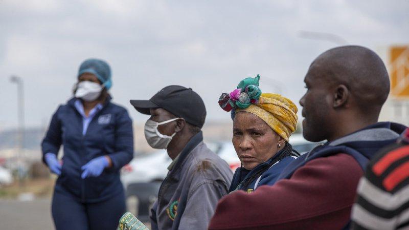 Si le coronavirus s'installe actuellement en Afrique du Sud, les scientifiques restent encore prudents sur les risques encourus par les malades du VIH. (illustration)