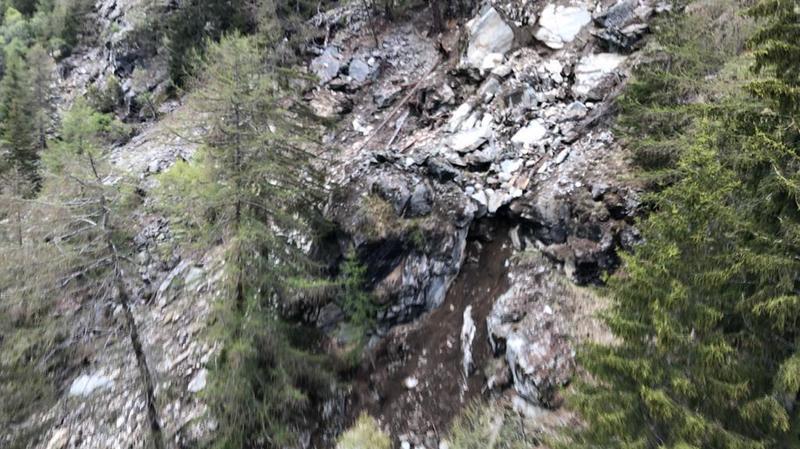 Un vol de reconnaissance a été effectué au-dessus de la zone concernée par le géologue cantonal et le responsable sécurité de la commune.
