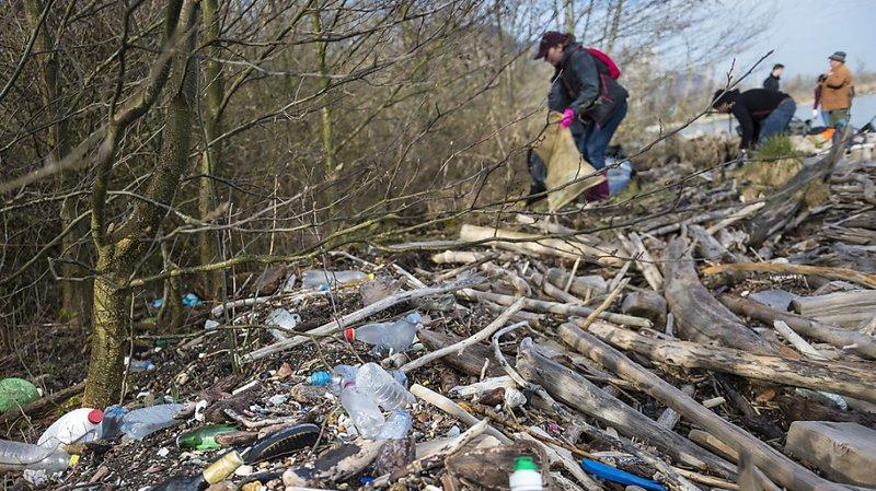 Près de 14'000 tonnes de plastiques se retrouvent chaque année dans les sols et les eaux (archives).