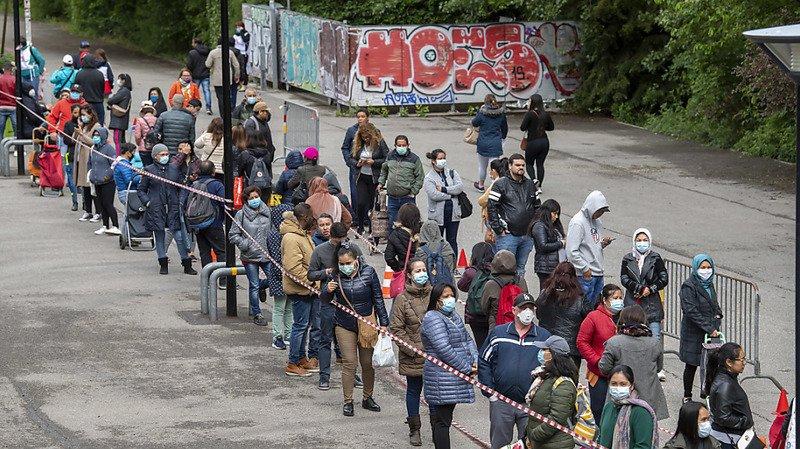 Coronavirus: à Genève, des heures de patience pour un sac de marchandises de 20 francs