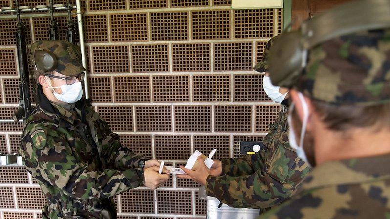 Les militaires ont poursuivi leurs activités quotidiennes en portant le smartphone.