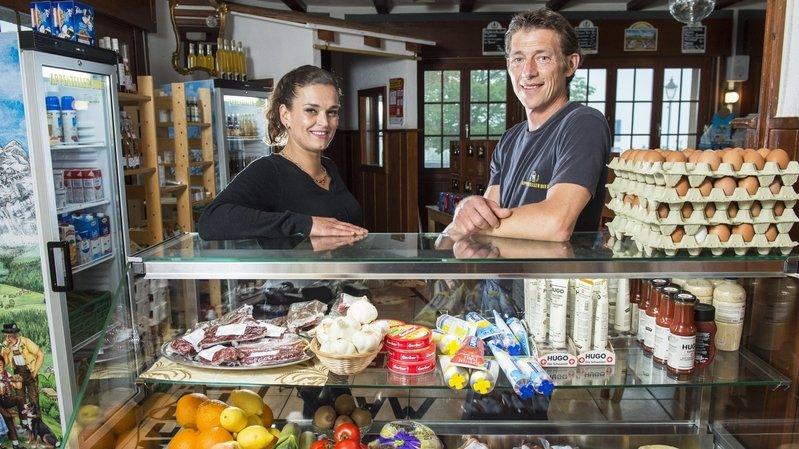 Pierre et Carolina Roggwiller ont repris le Bistro d'Icogne en novembre. Mais depuis le début de la pandémie, c'est surtout le coin épicerie qui les occupe. Ils ont étoffé l'assortiment pour répondre aux besoins.