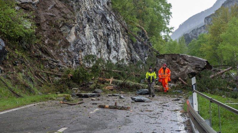 Depuis lundi soir, la route qui mène à Evolène et obstruée par un éboulement.