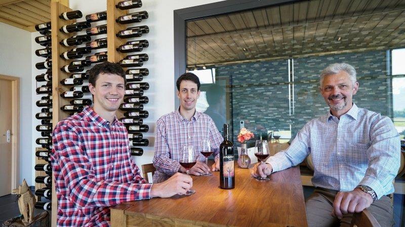Attilio Beltrami (à droite) et ses fils ont confié déjà 2'000 litres de leur vin à la distillation.
