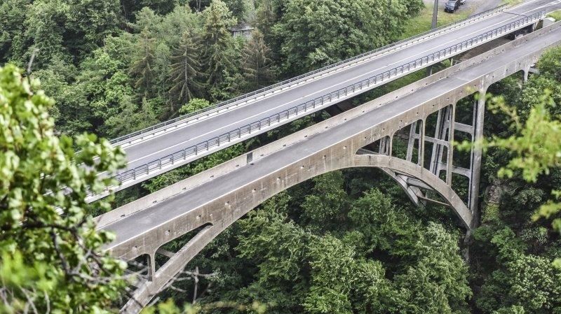 Les piétons et les cyclistes utilisent l'ancien pont tandis que le trafic motorisé emprunte le plus récent.