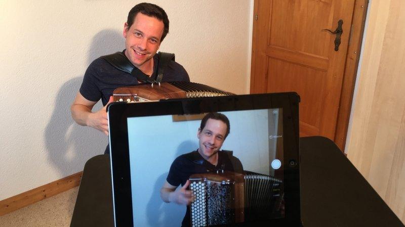 Coronavirus: les aînés apprécient des concerts privés sur un iPad
