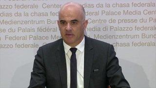 """Coronavirus: """"L'équilibre est fragile, restez chez vous"""", lance Alain Berset"""