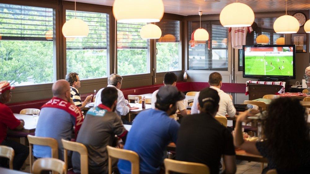 Comme ici au restaurant de la Piscine, les supporters de Sion ont dû suivre le match à la télévision.
