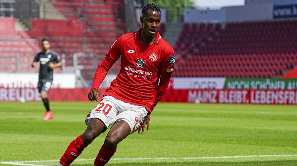 Edimilson Fernandes relance l'action de Mayence dans un match à huis clos contre Hoffenheim le 30 mai.