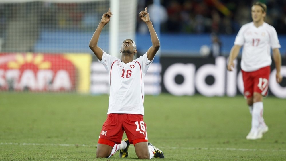 Gelson Fernandes lève les bras au ciel après la victoire de la Suisse contre l'Espagne lors de la phase finale de la Coupe du monde 2010.