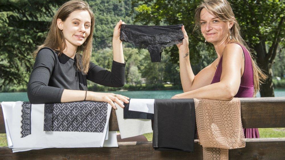 Chloé Bazzi et Elodie Schenk tiennent un prototype de leur future culotte menstruelle. Confortable, écolo, sans perdre en esthétique, c'est leur pari.