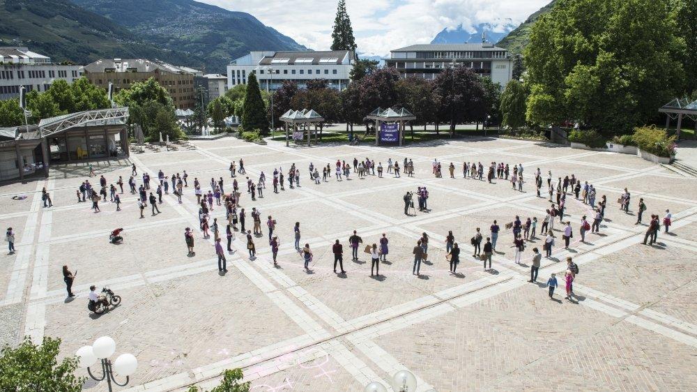 Sur la place de la Planta, elles – et ils – étaient environ 200 à donner vie au logo de la grève des femmes, crayonné sur un sol jalonné des dates clés du combat féministe.