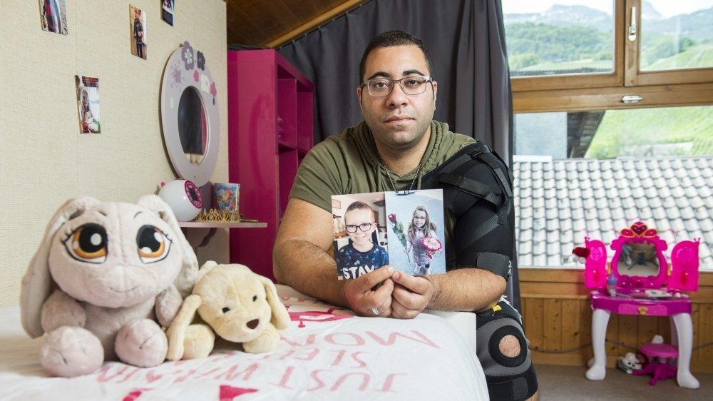 Francesco Supino pose dans la chambre de Denisa. Le papa venait d'emménager dans une nouvelle maison avant que ses enfants ne soient enlevés par leur maman. Le cœur lourd, il a tout de même tout préparé pour leur retour.