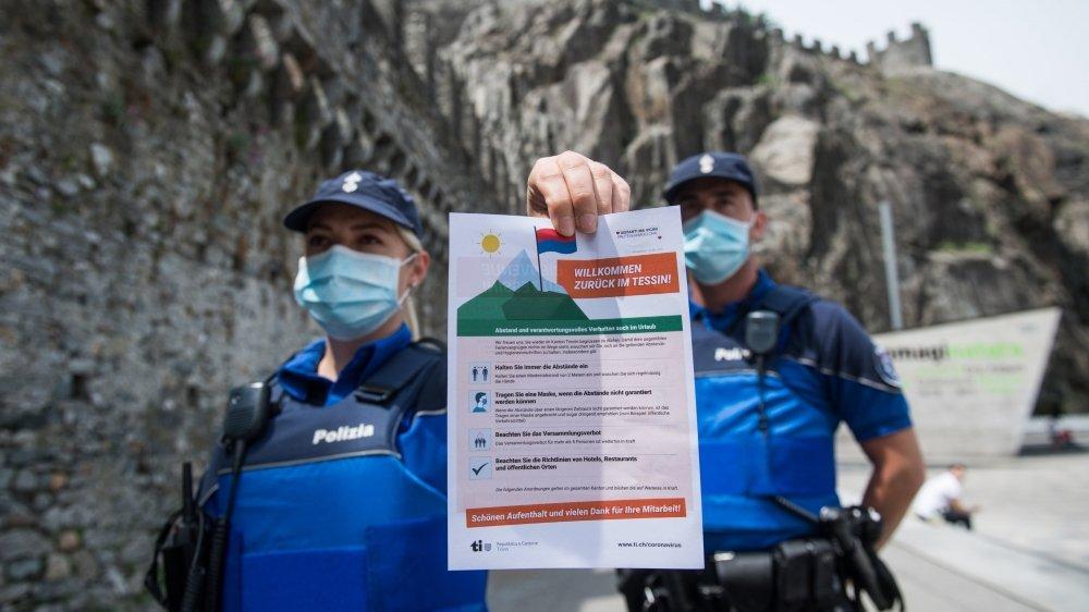 Les touristes ne sont pas les seuls à être attirés par le Tessin–ici à Bellinzone la police menant une campagne  de sensibilisation aux règles à respecter–, la mafia pourrait profiter de la crise pour s'y infiltrer.