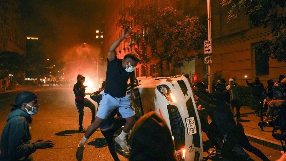 Une nuit de chaos à Washington, comme dans plusieurs villes américaines, et un réveil difficile hier matin.