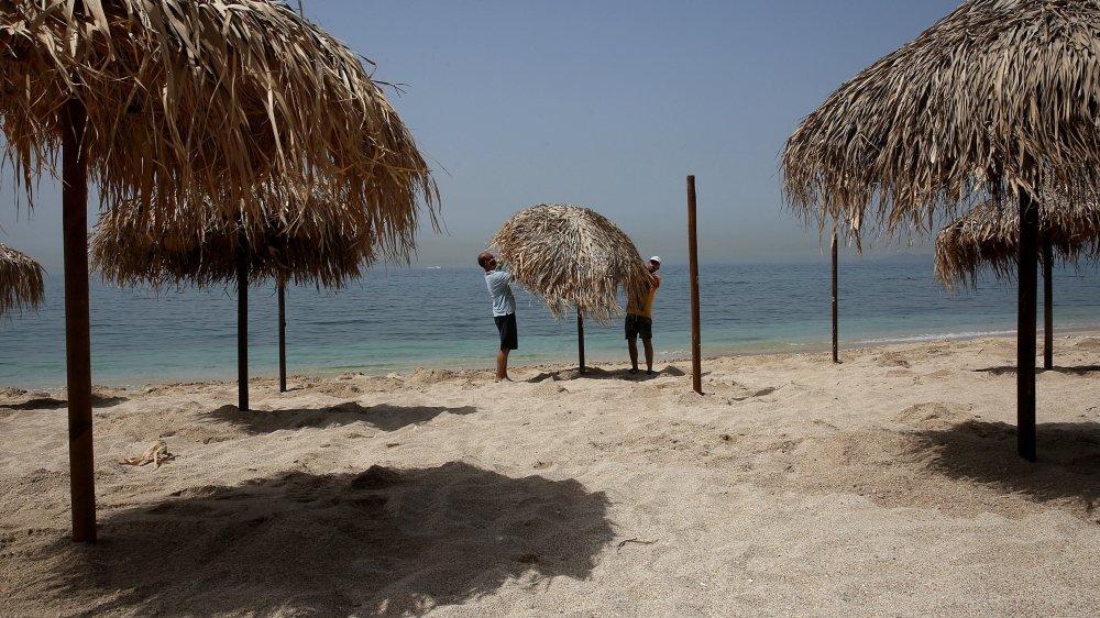 """Le DFAE recommande de """"résister à la tentation balnéaire"""" de se rendre en Grèce pour les vacances, même si cela sera possible dès le 15 juin."""