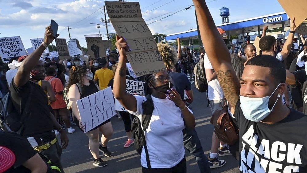 Des manifestants bloquant l'avenue près de laquelle Rayshard Brooks a été abattu.