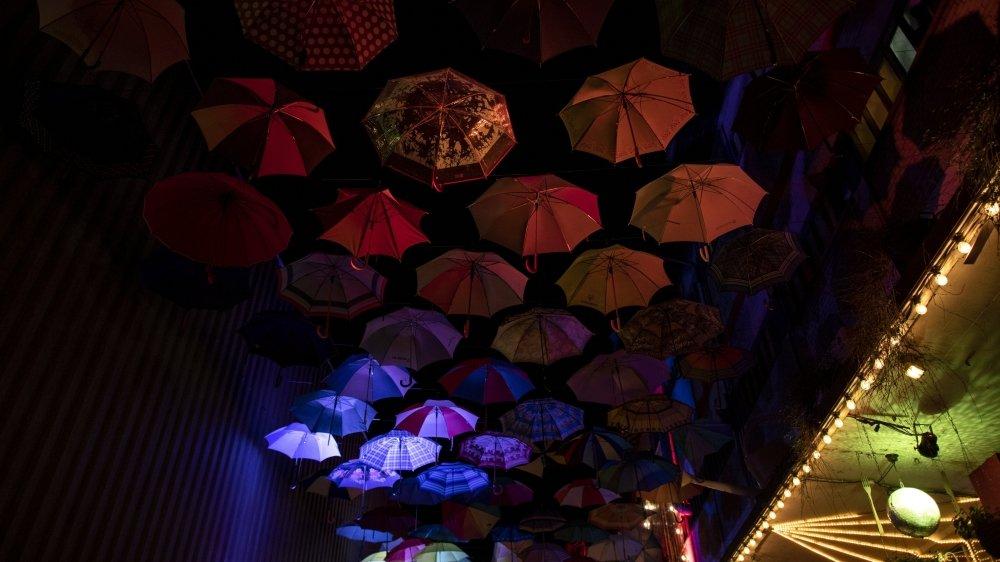 Le 22 juin, jour de réouverture, les patrons de boîtes de nuit ont voulu sensibiliser le public (notamment par des jeux de lumières) aux difficultés rencontrées par leurs établissements.