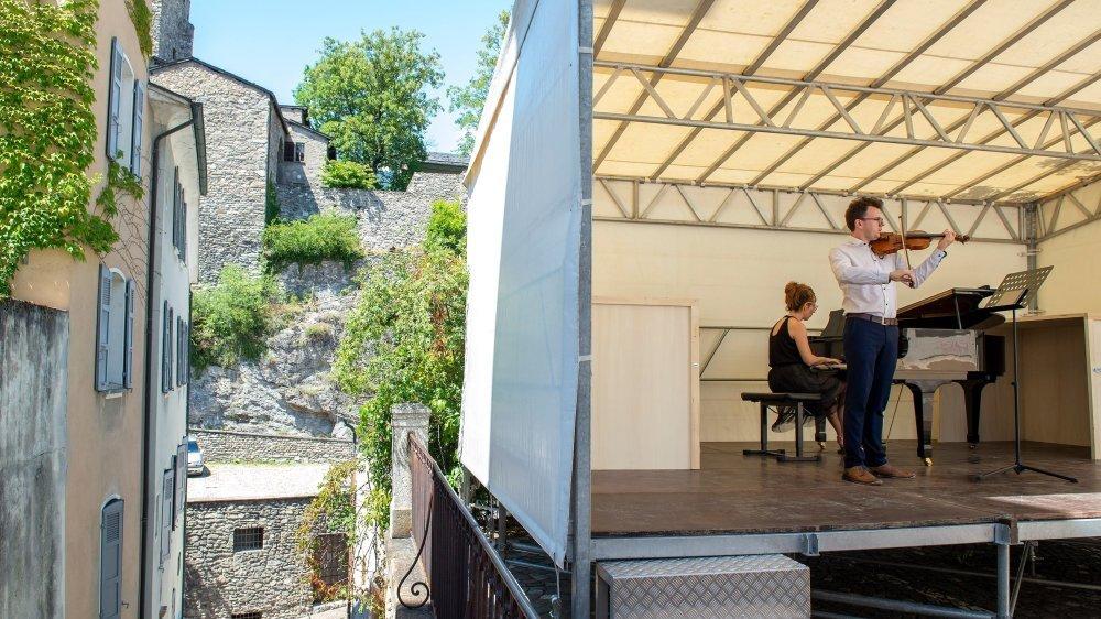 Sur le site du Vieux-Collège, une petite scène propose dix concerts de musique classique par week-end jusqu'au 16 août.